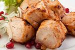 Шашлык из куриного филе (с соусом и маринованным луком)
